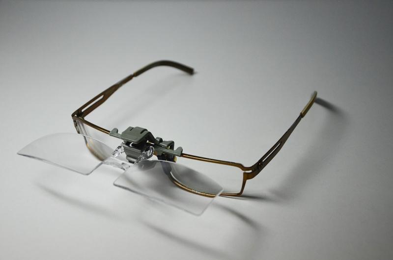 แว่นขยายไร้มือจับ แบบ Clip on Flip up สวมติดแว่น ปรับลงเพื่ออ่านตัวหนังสือแบบขยาย ปรับขึ้นเพื่อกลับสู่โหมดปกติ